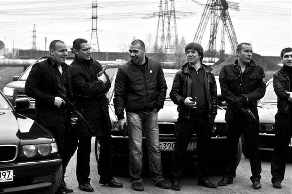 Братки на фоне «БМВ» черно-белое фото